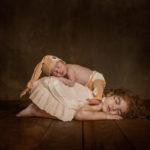 Dos bebés durmiendo plácidamente en el estudio fotográfico.