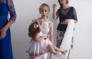 La novia sostiene a la niña que entregará los anillos bajo la mirada del fotógrafo de bodas toledo.